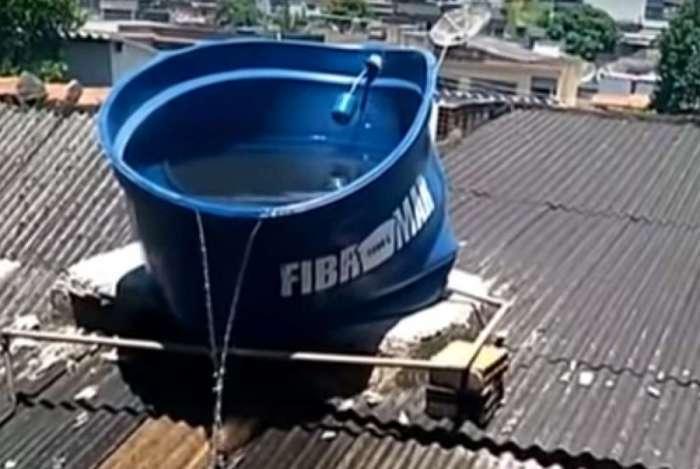 Resultado de imagem para calor derrete caixa de agua em bangu
