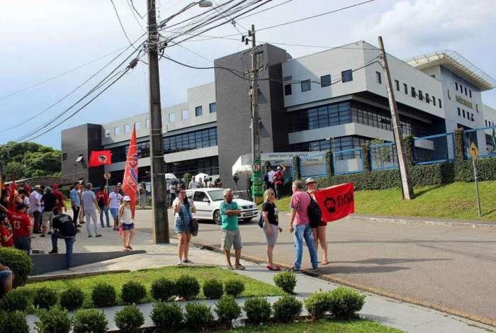 Ato de vigília em frente a sede da Polícia Federal em Curitiba, Paraná