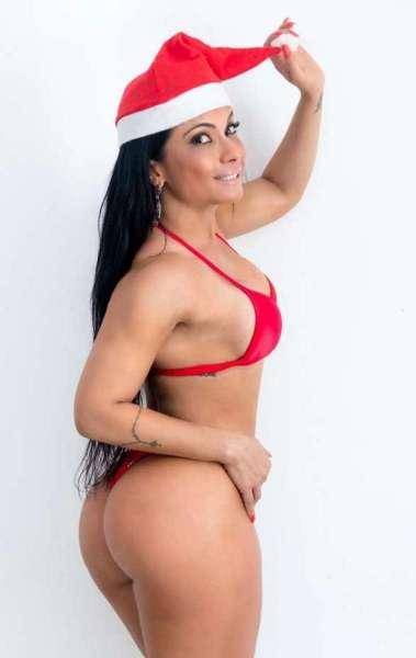Dani Sperle foi fotografada de biquíni e mostrou suas curvas