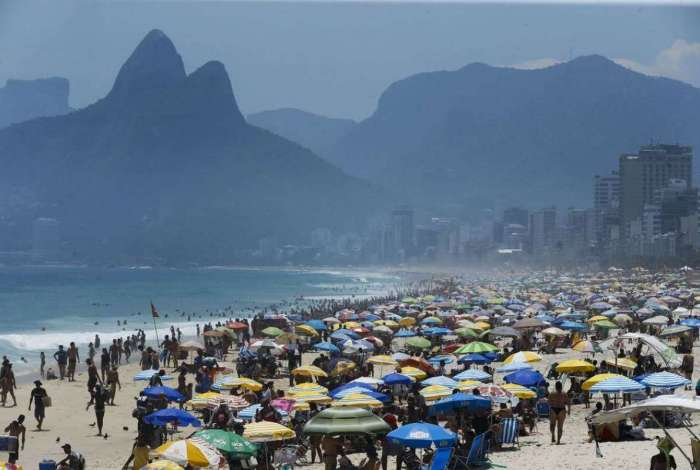 Cariocas e turistas lotam praias no primeiro fim de semana do verão