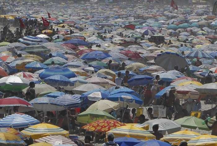 Praia de Ipanema ficou lotada neste domingo