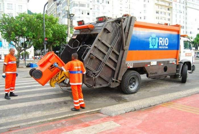 Comlurb espera recolher 300 toneladas de lixo de Copacabana nesta terça-feira