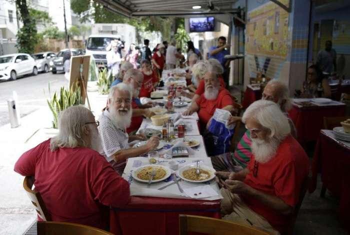 Tradicional encontro de Papais Noéis é realizado em restaurante na Tijuca