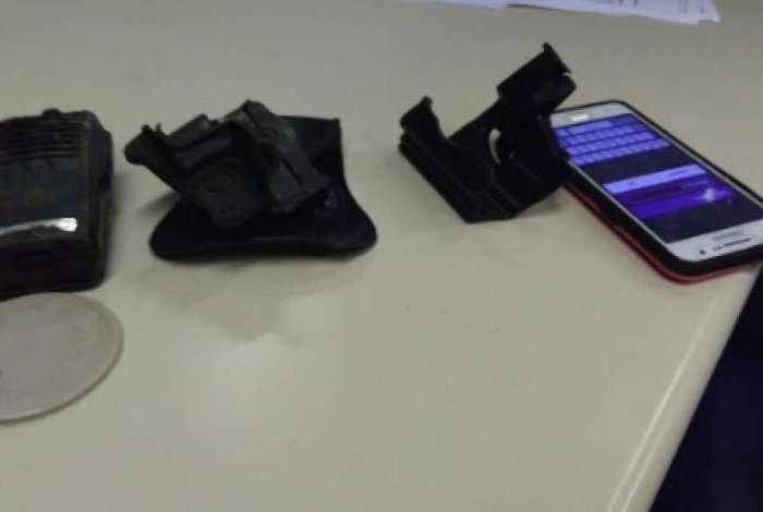 Após buscas no bairro Boa Vista, em São Gonçalo, os policiais conseguiram deter o homem, conhecido como 'Joga Fácil', com um coldre de pistola e um rádio transmissor