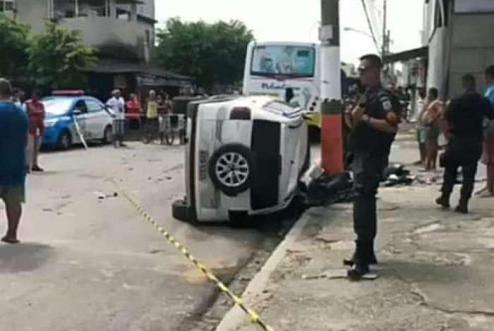 O carro branco que capotou seria o do motorista vítima de assalto, que teria perseguido os bandidos
