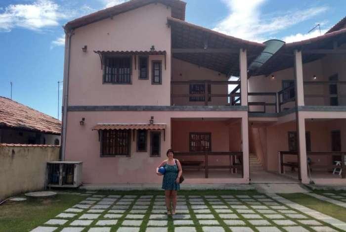 Sara pesquisou em sites de hospedagem para passar férias em Saquarema, na Região dos Lagos