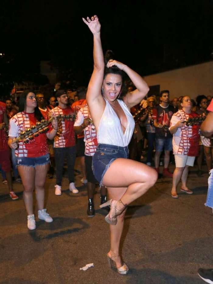 Viviane Araújo mostra samba no pé no ensaio de rua do Salgueiro