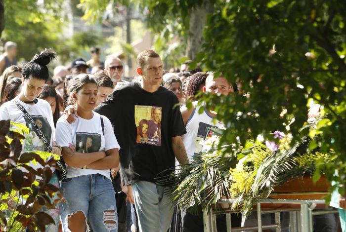 Funeral de Vitória contou com a presença de familiares e amigos e foi realizado no cemitério Jardim Mesquita, em Mesquita