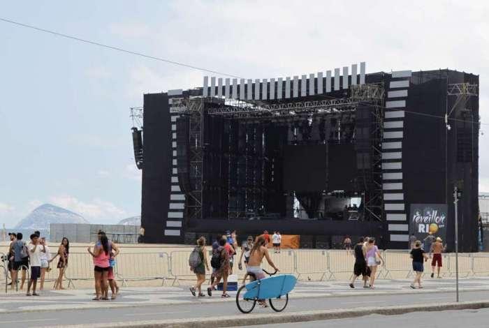 O palco montado em frente ao Copacabana Palace receberá os principais  shows programados para  a festa da virada