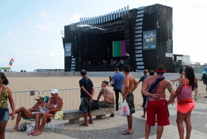 Na expectativa para o maior Réveillon a céu aberto, turistas acompanharam a montagem do palco do show da virada na orla de Copacabana