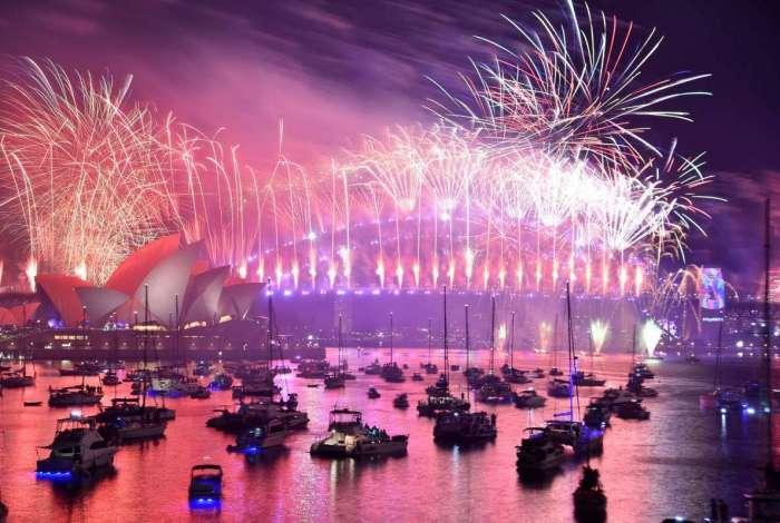 Os fogos de artifício da véspera de Ano Novo surgem na icônica Harbour Bridge e Opera House de Sydney durante o show de fogos de artifício, em 1º de janeiro de 2019