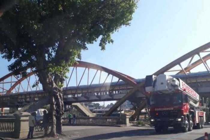 Faixa da Presidente Vargas sentido Candelária é interditada no sentido Candelária, no Centro do Rio, após um carro cair no canal central