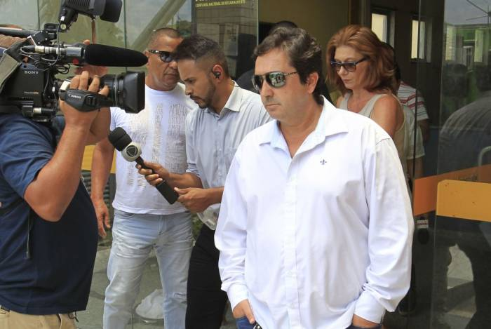 Fábio Tuffy (de branco) quando se apresentou à Deam de Campo Grande, na quinta-feira. Ele permaneceu a maior parte do tempo em silêncio