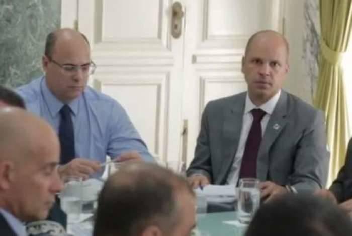 Zamith (à direita, ao lado de Witzel) em reunião que governador fez ontem após transmissão de cargo