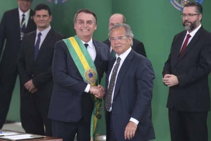 O presidente Jair Bolsonaro empossa o ministro da Economia, Paulo Guedes, durante cerimônia de nomeação dos ministros de Estado, no Palácio do Planalto