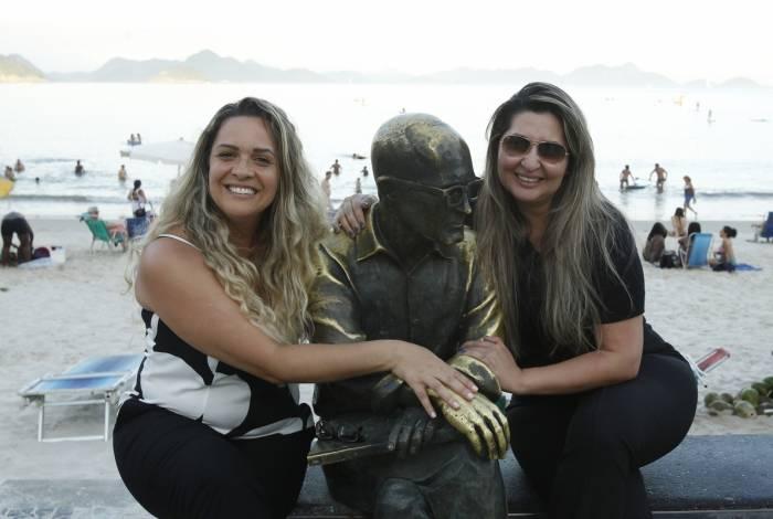 Valeria (à dir.) e Daniela tiraram foto com a estátua de Drummond