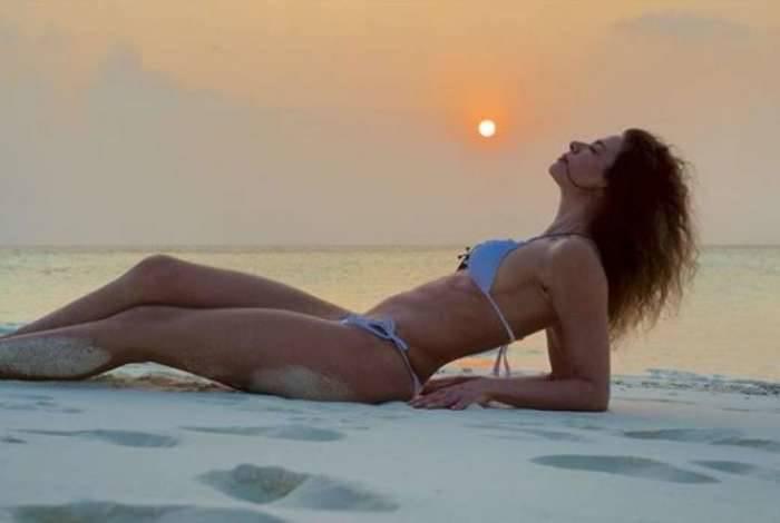 Luciana Gimenez na praia, nas Ilhas Maldivas