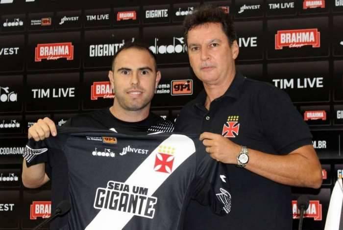 Bruno César, ao lado do diretor de futebol Alexandre Faria, vestirá a camisa 10 do Vasco em 2019