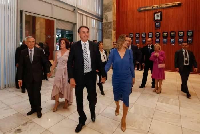 Bolsonaro e a primeira-dama Michelle Bolsonaro na cerimônia de outorga da comenda da ordem do mérito aeronáutico
