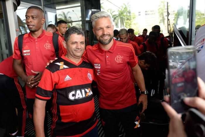 O meia Diego posa para a foto ao lado de um torcedor durante o embarque do Flamengo para os EUA