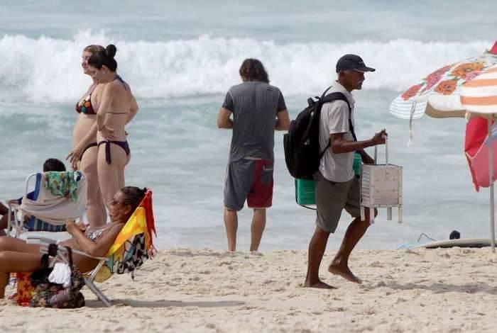 Irregularidade nas praias cariocas. Na foto acima a venda de queijo coalho, na praia da Barra da Tijuca.