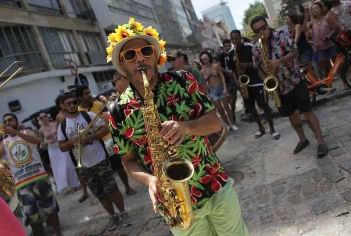Encontro de blocos no Centro do Rio declara a 'abertura não oficial' do carnaval 2019. Na foto, o bloco Locomotiva da Baixada.