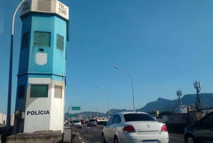 Cabine da Polícia Militar, na Linha Vermelha, na altura de São Cristóvão, está abandonada