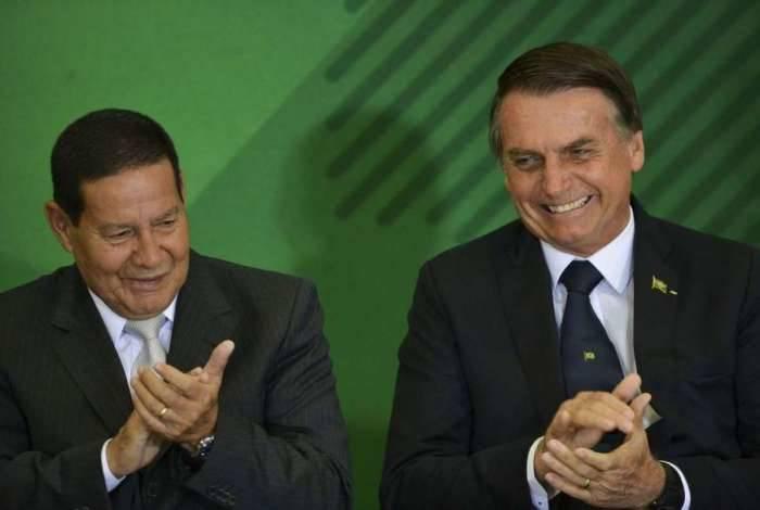 O vice-presidente General Hamilton Mourão e o Presidente Jair Bolsonaro durante cerimônia de posse aos presidentes dos bancos públicos.