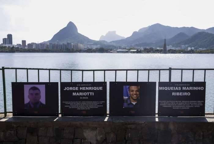 ONG Rio de Paz homenageou os dois policiais com placas no gradil da Lagoa Rodrigo de Freitas