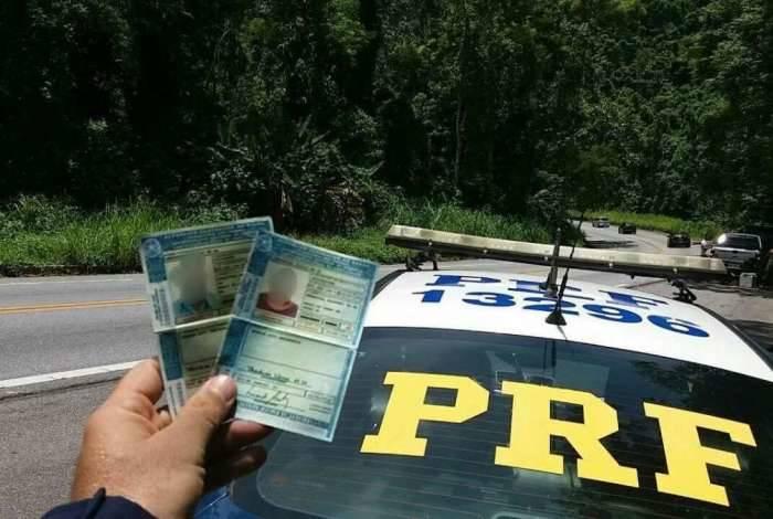 PRF prende homem com carteira de motorista falsa na BR-101