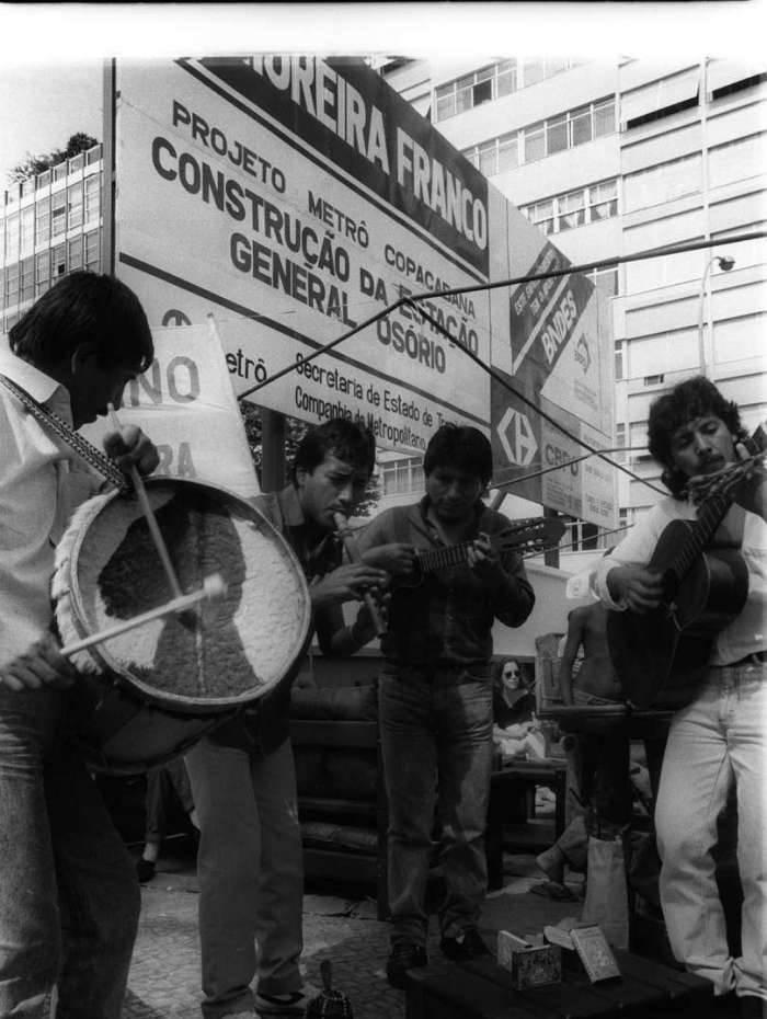 As obras do Metrô  quase deixaram os artesãos da Feira Hippie de Ipanema, na Praça General Osório, sem espaço para trabalhar, em 1988. Mas uma negociação garantiu uma parte do espaço para a Feira, que, em agosto daquele ano, como mostra a foto, comemorou com música seus 20 anos de inauguração.