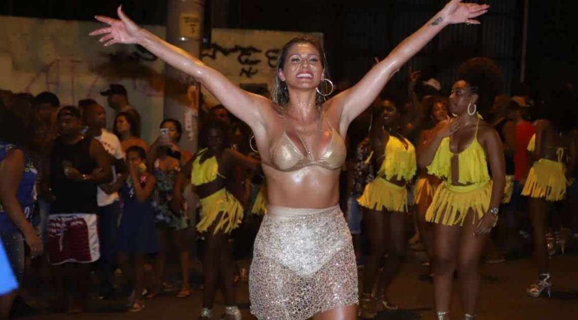 Lívia Andrade no ensaio de rua da Paraíso do Tuiuti