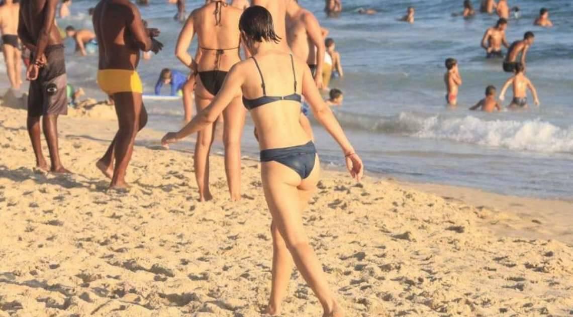 Luisa Arraes curte dia de praia no Rio