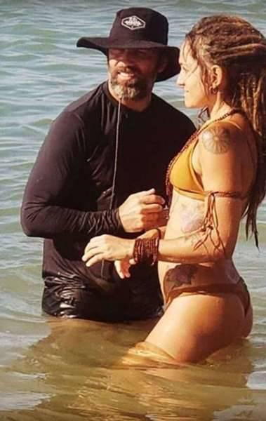 Marcelo Faria rebate seguidor que criticou sua namorada: 'beleza não está só na aparência'