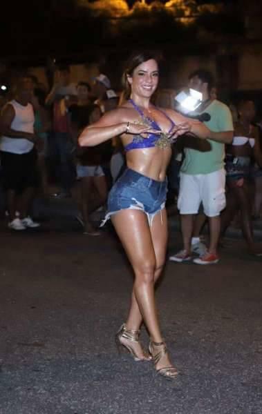 Denise Dias no ensaio de rua da Paraíso do Tuiuti