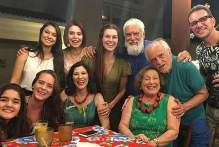 Atriz Nicette Bruno ao centro, amigos e familiares ao redor