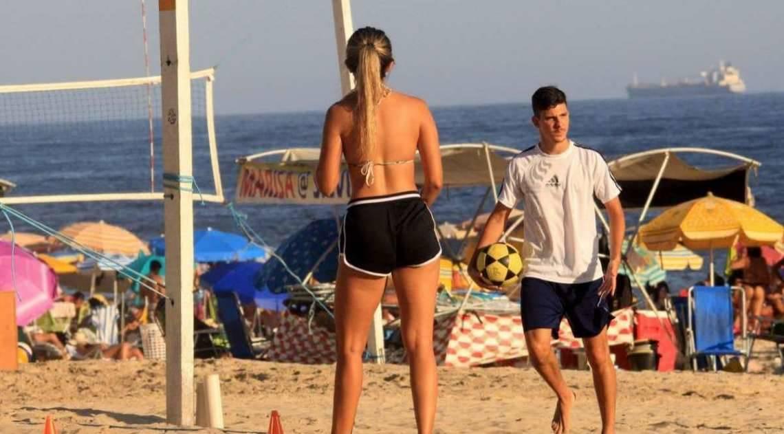 Carol Portaluppi joga bola com amigos na Praia de Ipanema, na Zona Sul do Rio