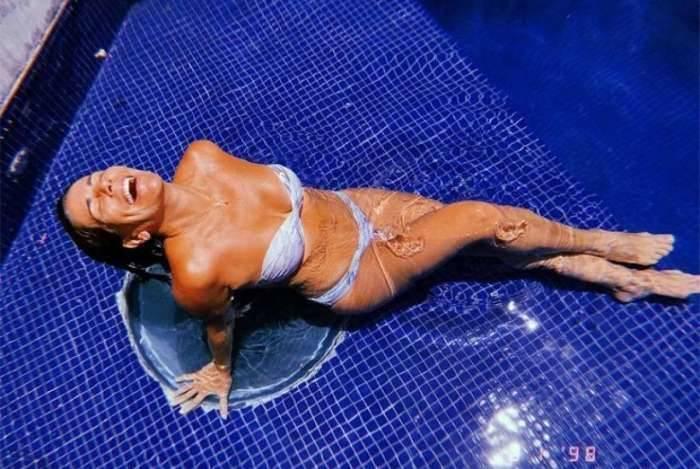 Glória Pires exibe suas curvas na piscina