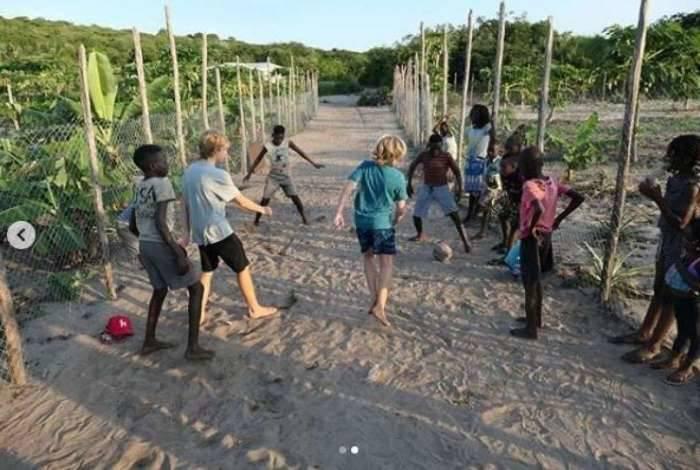 Filhos de Luciano Huck e Angélica se divertem com as crianças em Moçambique