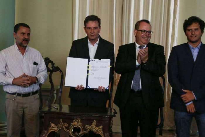 Da esquerda para direita: secretário Sebastião Bruno, prefeito Crivella, superintendente da Caixa Econômica e representante da construtora Dimensional