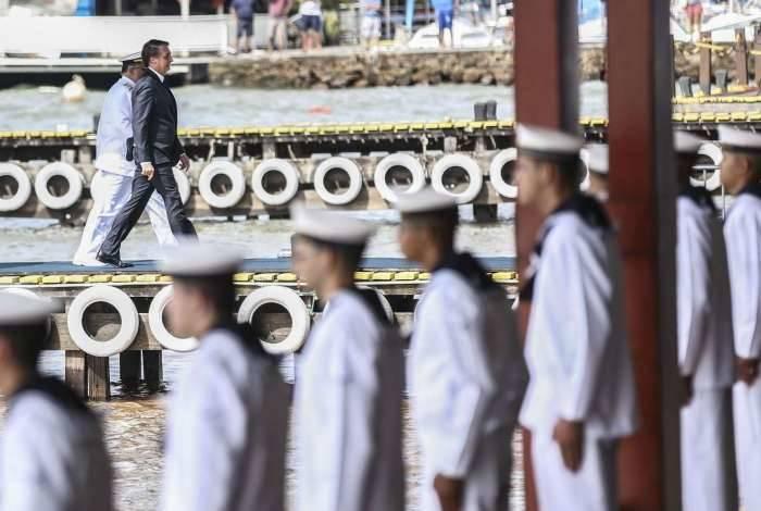 O presidente Jair Bolsonaro participa da solenidade de passagem de comando da Marinha do Brasil, no Clube Naval, em Brasília