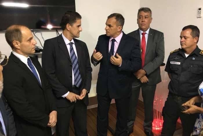 O subsecretário operacional da Polícia Civil, Fábio Barucke, o delegado Fábio Cardoso, o secretário da Polícia Civil, Marcus Vinícius Braga, o empossado Antônio Ricardo (DHGPP) e o secretário da PM, Rogério Figueiredo