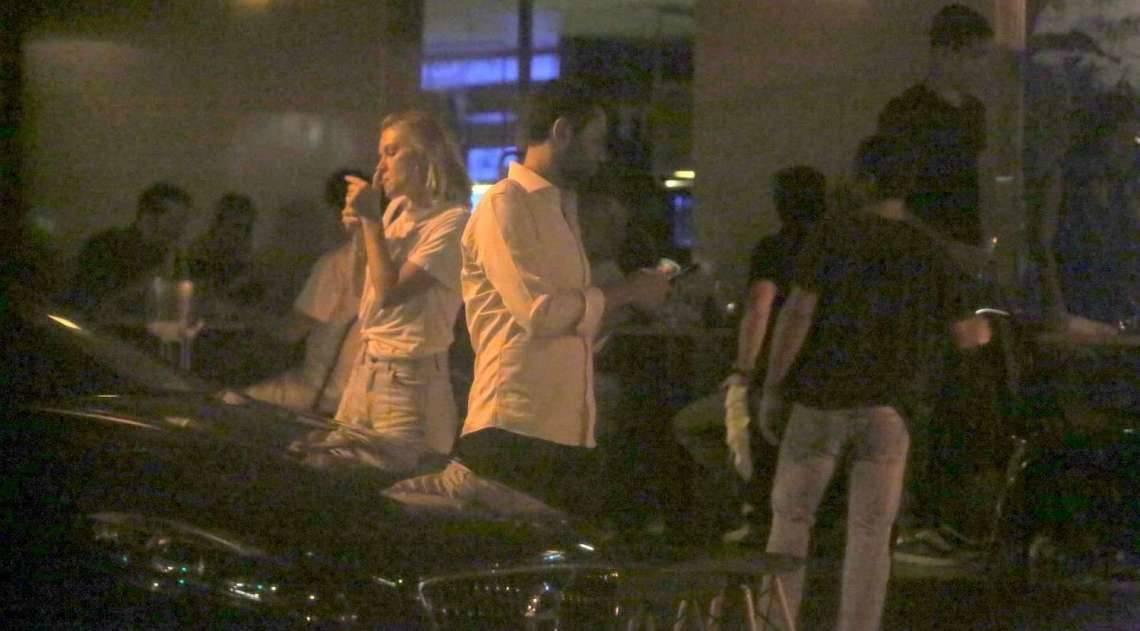 Fiorella Mattheis e o namorado, Roberto Marinho Neto, jantam em restaurante japonês no Leblon. Casal deixou o local acompanhado por seguranças