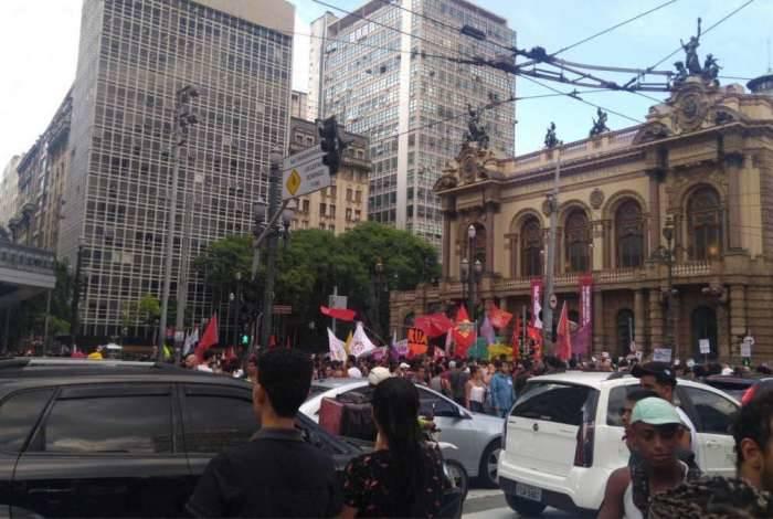 Manifestantes se concentraram, inicialmente, em frente ao Theatro Municipal, na região da Sé