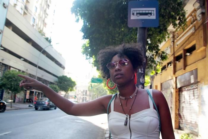 A estudante Agatha Clemente reclama dos intervalos dos ônibus:
