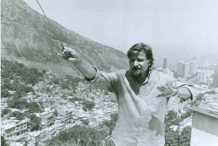 20/03/1991 - O maestro Armando Prazeres na Favela da Rocinha, em São Conrado, zona sul do Rio. Foto: Vidal da Trindade / Ag. O Dia / CADERNO D / MÚSICA / ORQUESTRA / MORRO / OBS: Foto publicada no jornal O Dia em: 22/03/1991 - Negativo: 91-3127