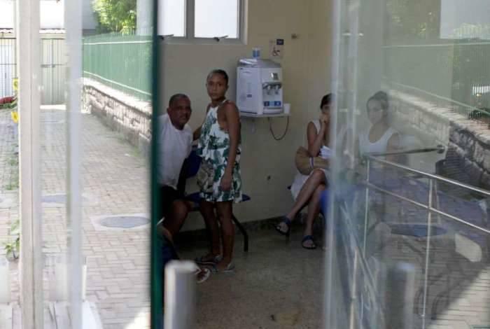 Pacientes e servidores do Hospital Federal de Bonsucesso, na Zona Norte do Rio, aguardavam atendimento enquanto festa organizada por direção no último dia 11 tinha tendas climatizadas e serviço de buffet