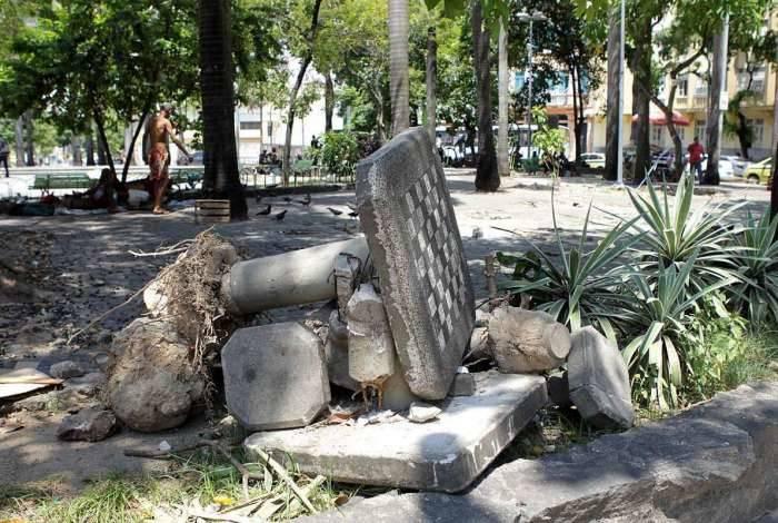 Uma das principais referências do bairro da Lapa, a Praça da Cruz Vermelha sofre com o abandono