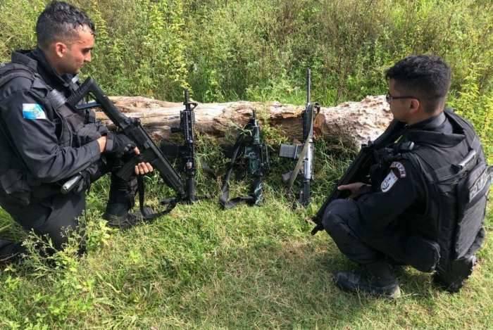 Operação na comunidade do Guandu, em Japeri, teve quatro criminosos baleados e fuzis apreendidos