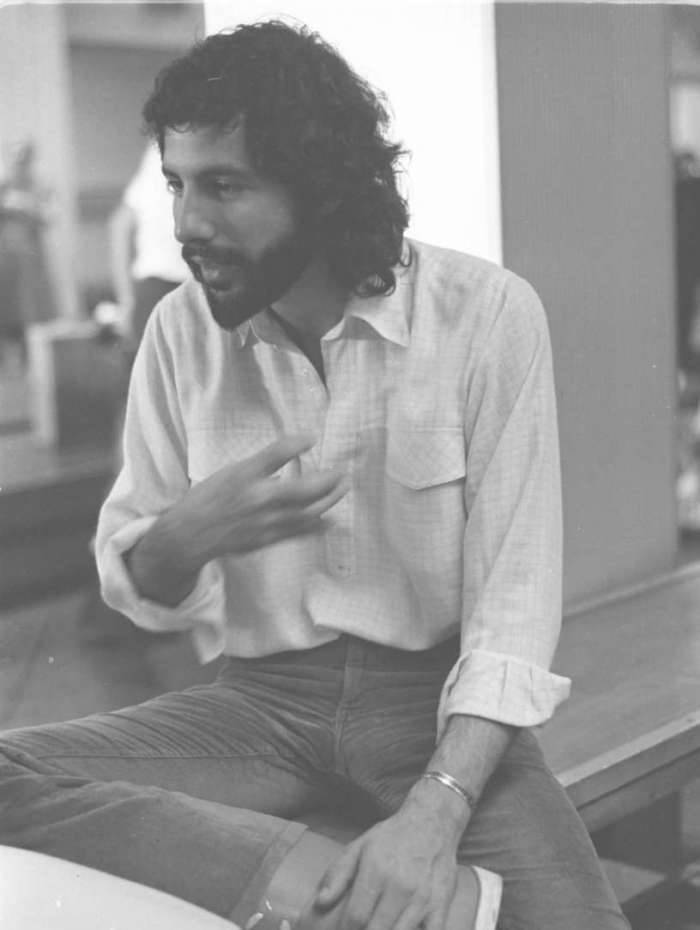 O cantor norte-americano Cat Stevens, no aeroporto do Galeão. / Arquivo O Dia  foto feita em 18/03/1976